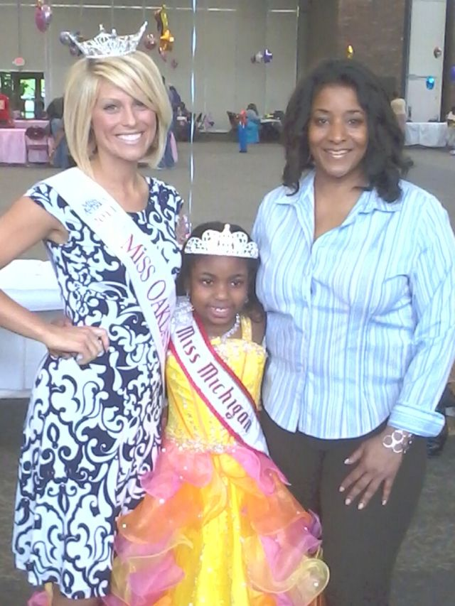 Miss Oakland County 2011 Kelly Oles and Little Miss Michigan Princess Kiera Williams, and Oakalnd County Commissioner Janet Jackson.